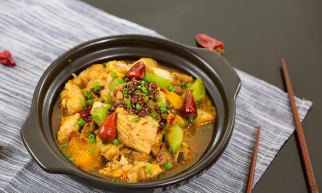 吃遍济南丨一份再寻常不过的黄焖鸡,却有着各种特色的味道