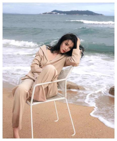 李冰冰气质一点都没变,穿西装海边拍照真抢镜