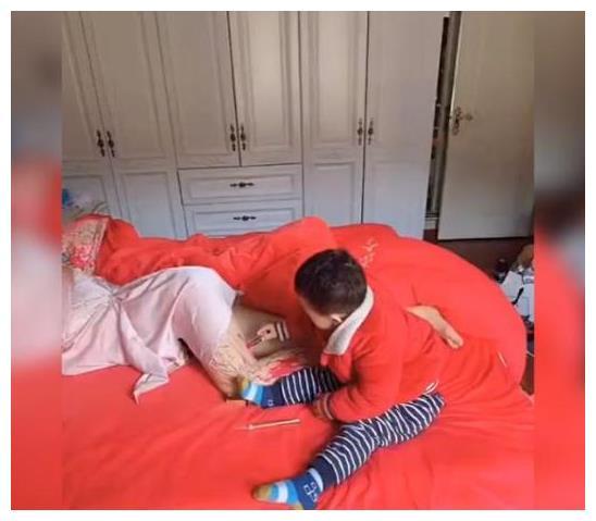 熊孩子趁妈妈睡着,拿起口红便作画,网友看后笑言:这娃不打不行