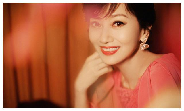 """""""奶奶辈""""赵雅芝不服老,66岁还爱穿粉色,却美得惊艳时光"""