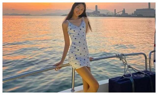 甄子丹16岁女儿发育太好,1米8大个长腿吸睛,却被指成熟的像40