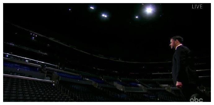 孤独的艾美奖开场!吉米亮相观众席仅贝特曼与纸牌人嘉宾
