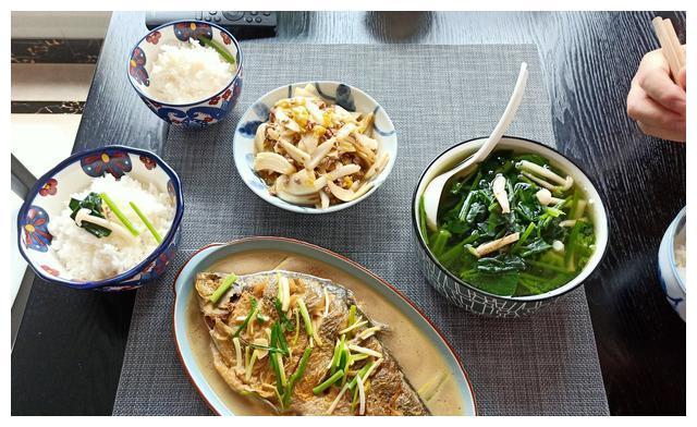 晒晒农村人的午餐,3个菜不到30元,样样光盘,网友:南方人吧