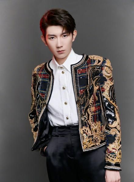 王源身穿巴洛克风刺绣夹克,满满的复古宫廷感