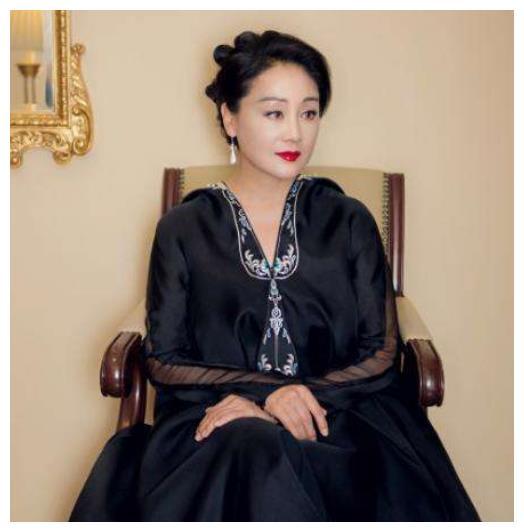 58岁王姬全家照,老公多金女儿比她还漂亮,27岁儿子智商仅4岁