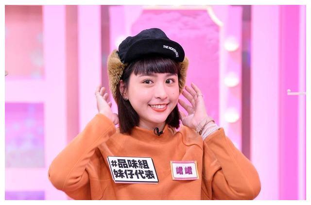 小鬼黄鸿升离开1个半月,女友峮峮复工录节目,挤招牌微笑惹人疼