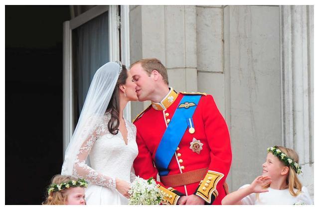 凯特王妃比梅根更受欢迎的理由之一,可以从她们的婚戒说起