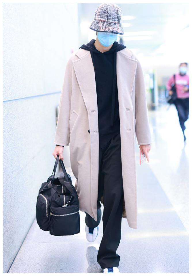 陈宥维身穿大衣现身男神范足素颜能打 半拉口罩瞬间