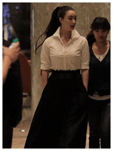 路人镜头下的蒋欣太显胖,衣服撑得太紧绷,网友:毫无美感