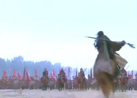 精忠岳飞-金兀术大战宋国将领,头盔被挑险些丧命,胜得真威风!