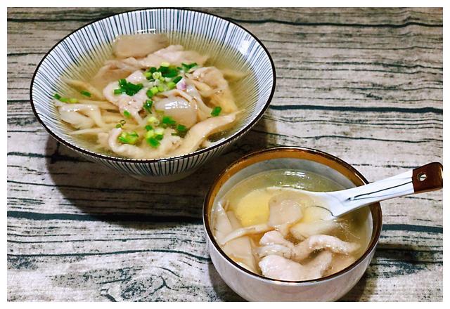 平菇肉片汤:肉片不光是能够炒着吃,做汤吃味道也不错!