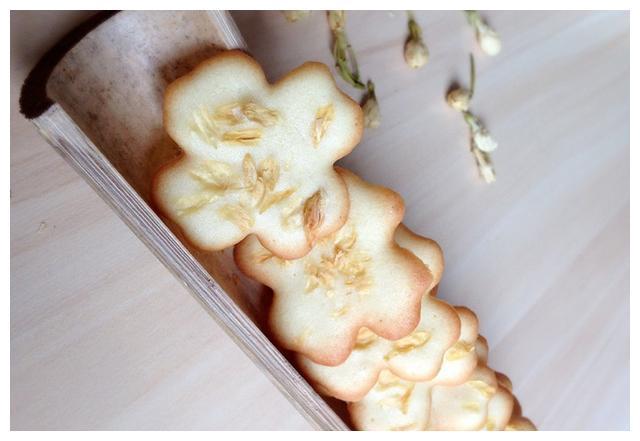 闻着香吃着也香的茉莉花,做成小饼干,花香浓郁,酥脆可口