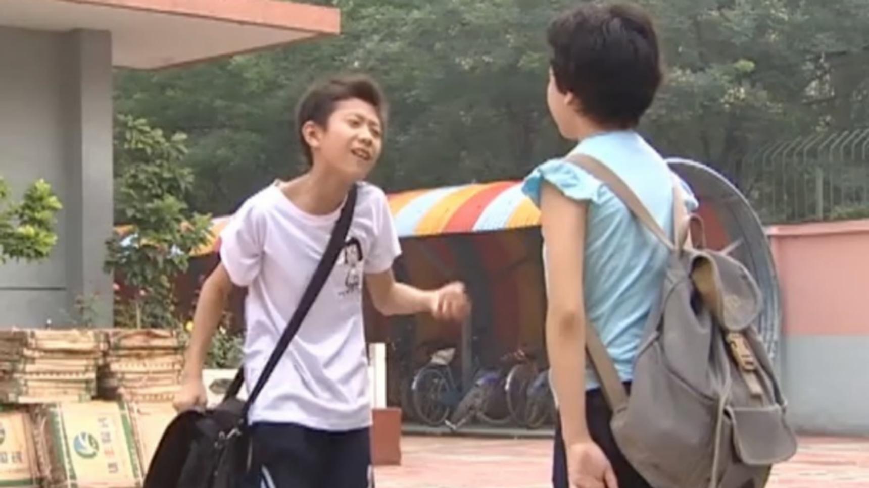家有儿女:刘星被班里的女同学表白,吓得拔腿就跑