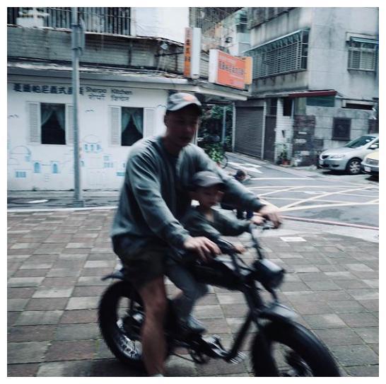 余文乐带儿子骑脚踏车,父子俩穿亲子装超有爱,王棠云挺大肚掌镜
