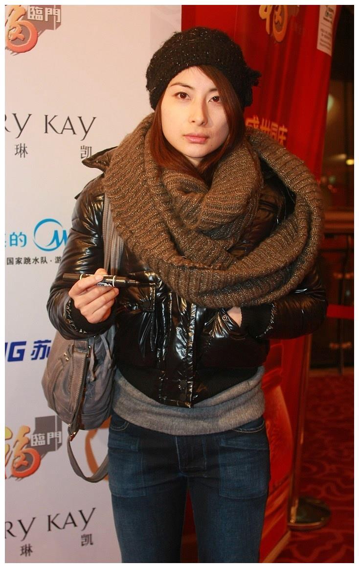 """郭晶晶穿的低调却很时髦,用""""星空""""针织帽配羽绒夹克,又甜又美"""