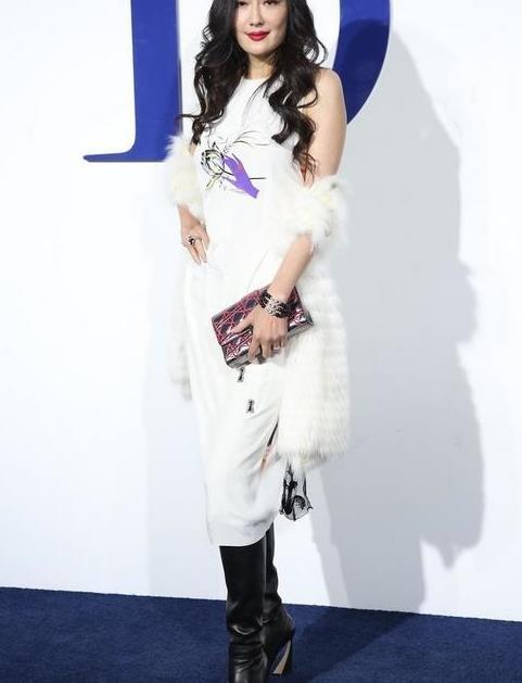孟广美哪有60后的样?穿白色皮草配背心裙,奢华又不失潮范