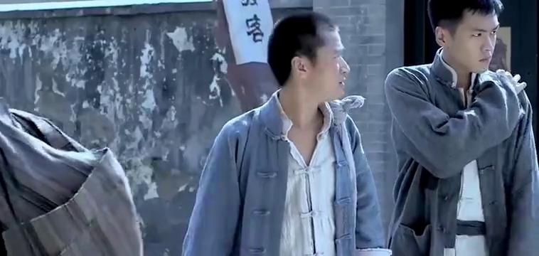 俩鬼子在街角欺负女孩,谁知下一秒被爆头爆裆,看着真解气!