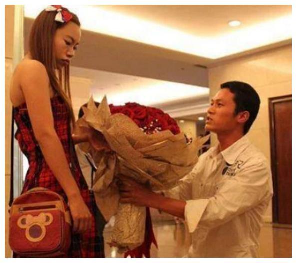 """10年前,""""雷鸣哥""""下跪向罗玉凤求婚红遍全国,被拒绝后他怎样了"""