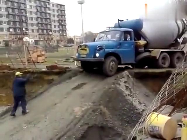 老司机驾驶水泥搅拌车,在塌陷的公路上秀操作,主要是公路好窄啊