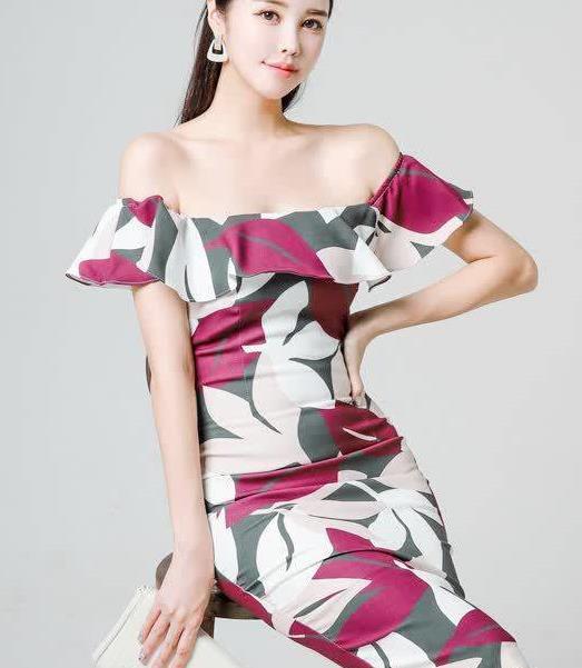 修身连衣裙,一字领荷叶边小性感,简约大气的印花更具时尚感