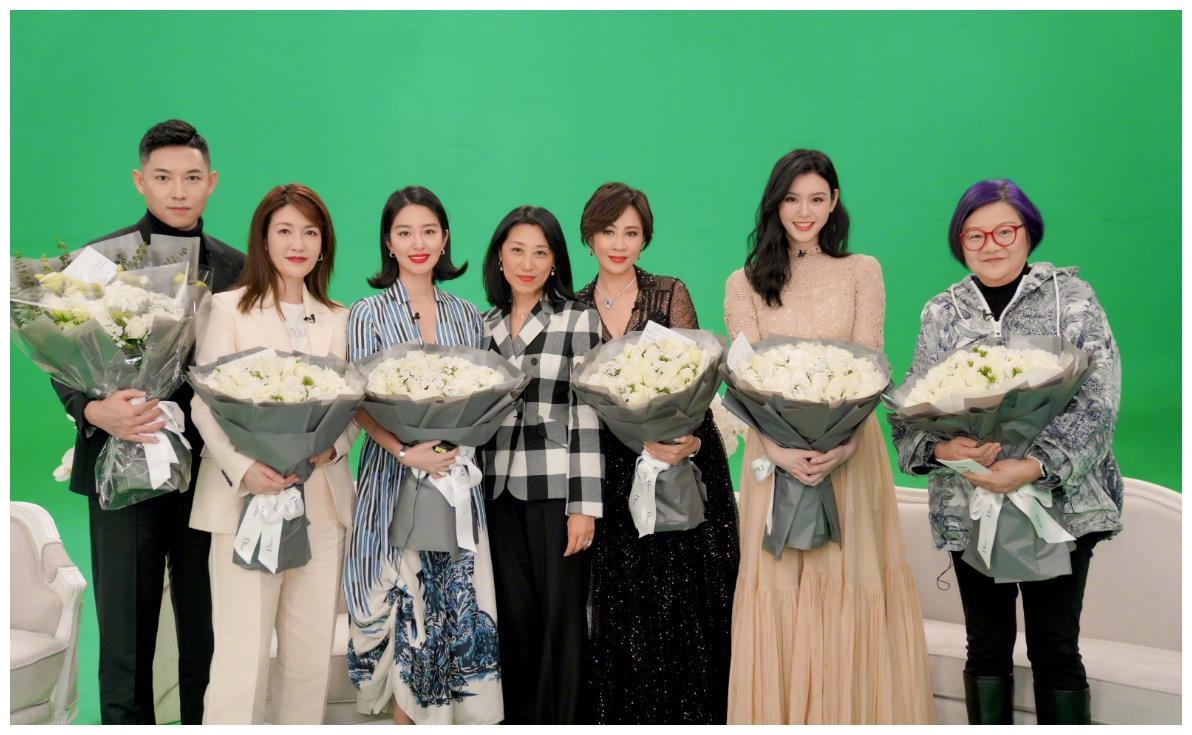奚梦瑶与刘嘉玲同框显保守,超模脸变圆润,气场不如55岁的刘嘉玲