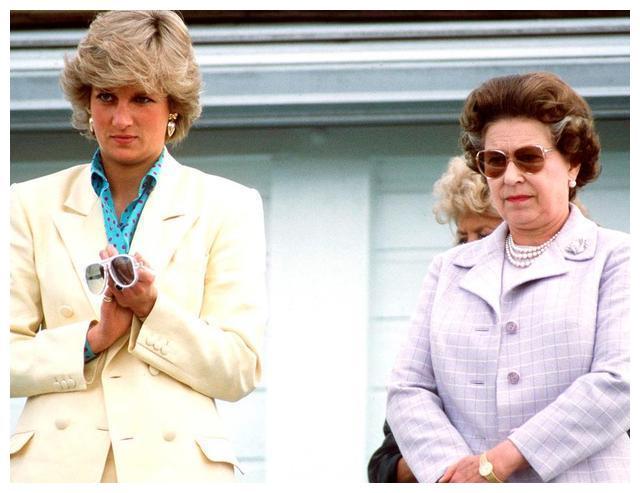 """戴安娜的""""叛逆穿搭"""",打破古板违反女王,为皇室注入新的时尚"""