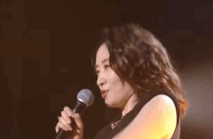 """44岁的刘敏涛绝了,挑战00后的""""脏脏裙"""",这一搭配气质绝佳"""