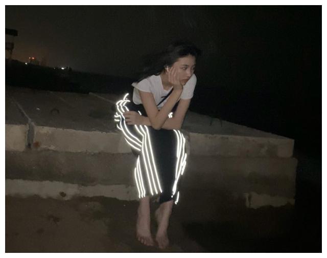 汪峰女儿深夜赤脚坐楼顶拍照,四肢纤细超苗条,忧伤表情令人心疼