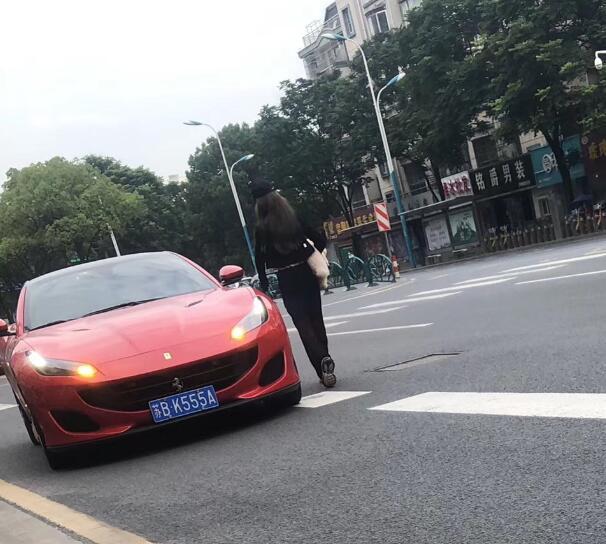 """南通如东县街头实拍法拉利Portfolio跑车,车牌""""555""""非常醒目!"""