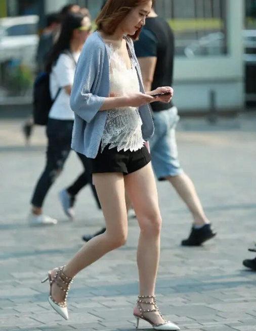 街拍时尚夏季,美丽姑娘选择尖头高跟鞋,展现出成熟优雅的美感
