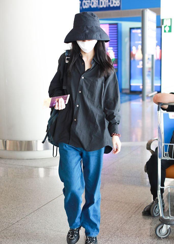 春夏戴渔夫帽巧遮小脸 穿黑衬衫蓝裤子更衬身材苗条