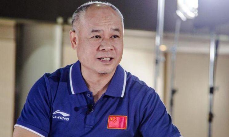 58岁体操王子李宁,如今身价百亿头发稀少,娇妻气质十足!