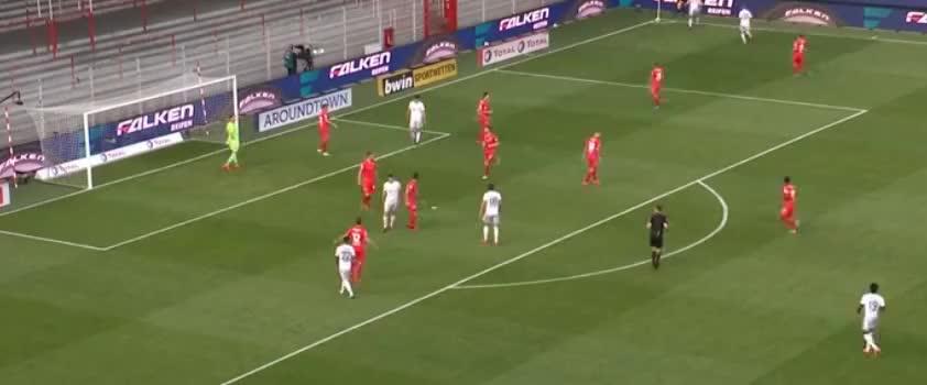 格纳布里头球横摆,穆勒门前包抄破门,可惜越位在先了