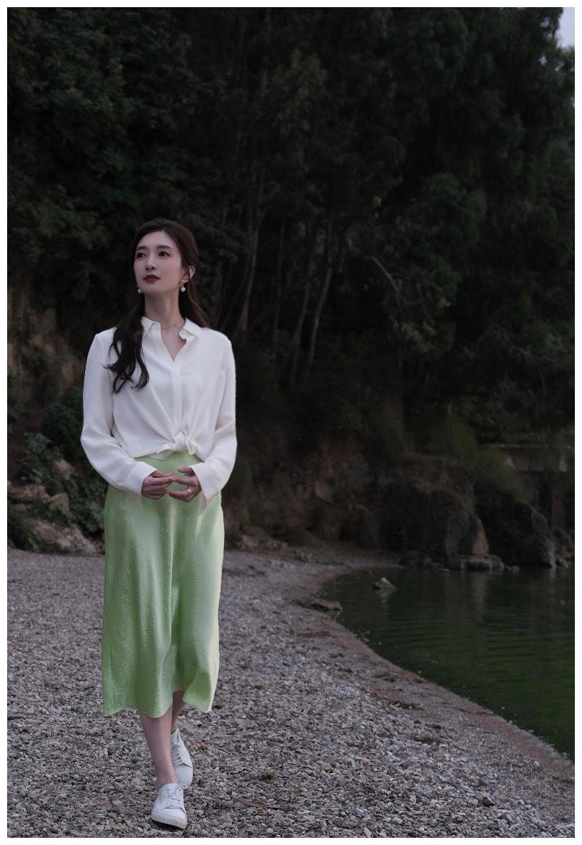 江疏影小清新穿搭白衬衫配浅色短裙,休闲又甜美