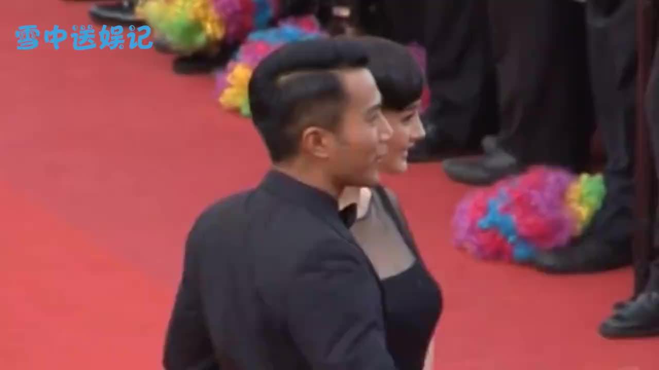 杨幂刘恺威同时出席晚会刘恺威竟主动牵手两人的拥抱令人感慨