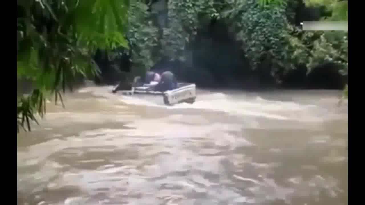 国外司机真是艺高人胆大,遇到洪水照样开过去,看得人心惊胆战
