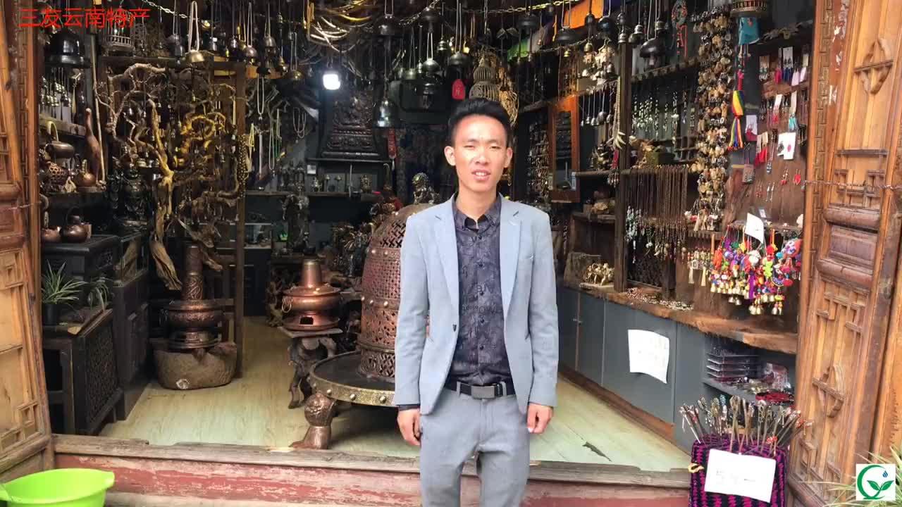 """来到美丽的丽江""""古城""""发现一家""""藏族""""文化店,都是纯手工工艺"""