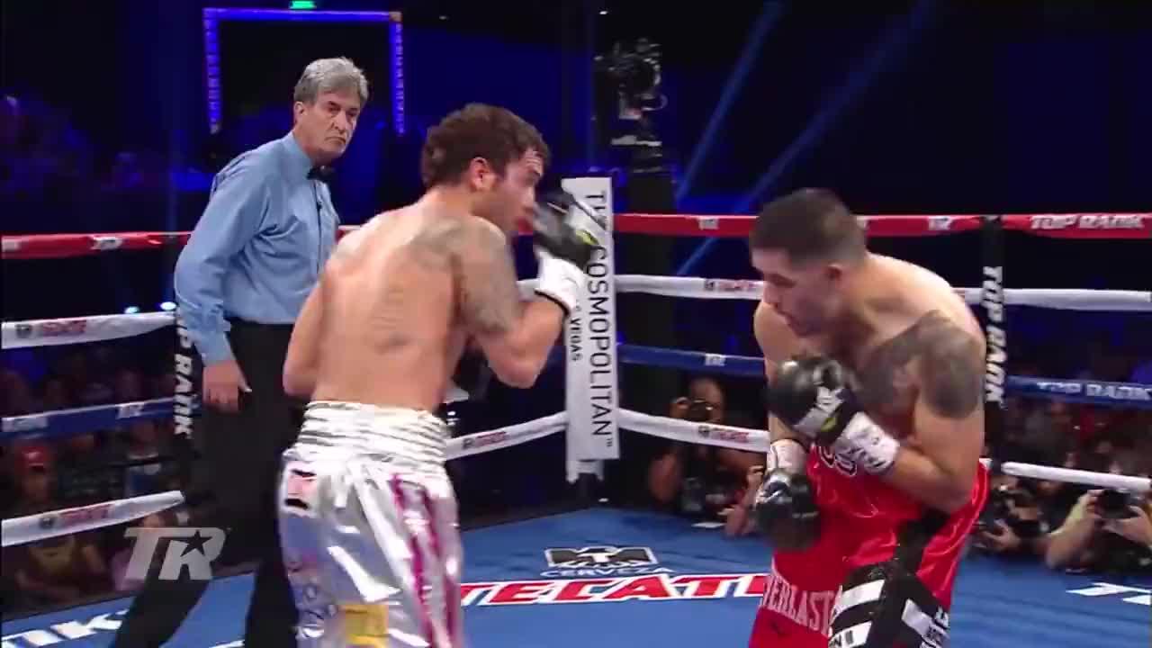 拳击比赛最后演变成MMA,里奥斯遭对手锁喉裁判都看不下去了