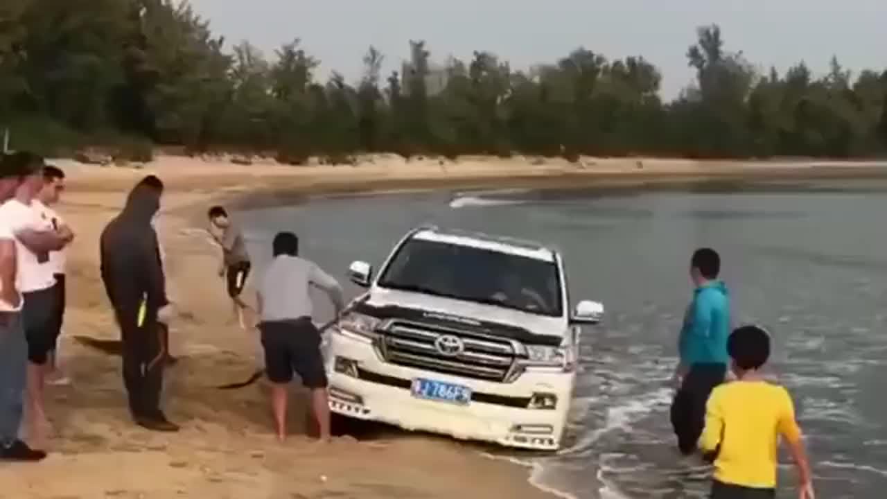 眼看着就要涨潮了,只好请人帮忙铲沙