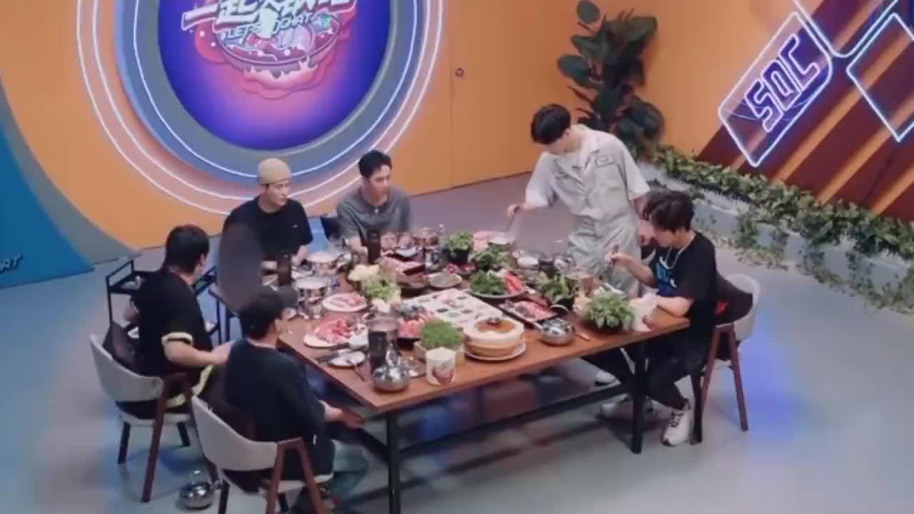 憨憨王一博,吃毛肚忘记涮,张艺兴反问:还能这么吃的吗?
