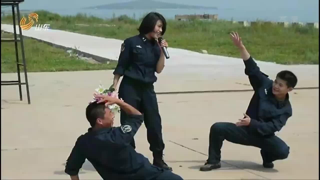 超强音浪:顾莉雅讲述演出故事,两位战士突然蹦出,为她伴舞