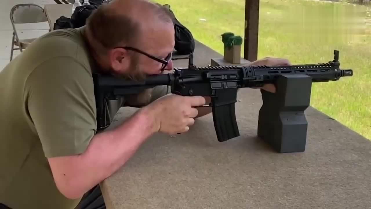 GAU-5A自卫步枪试射,体积小,便于携带