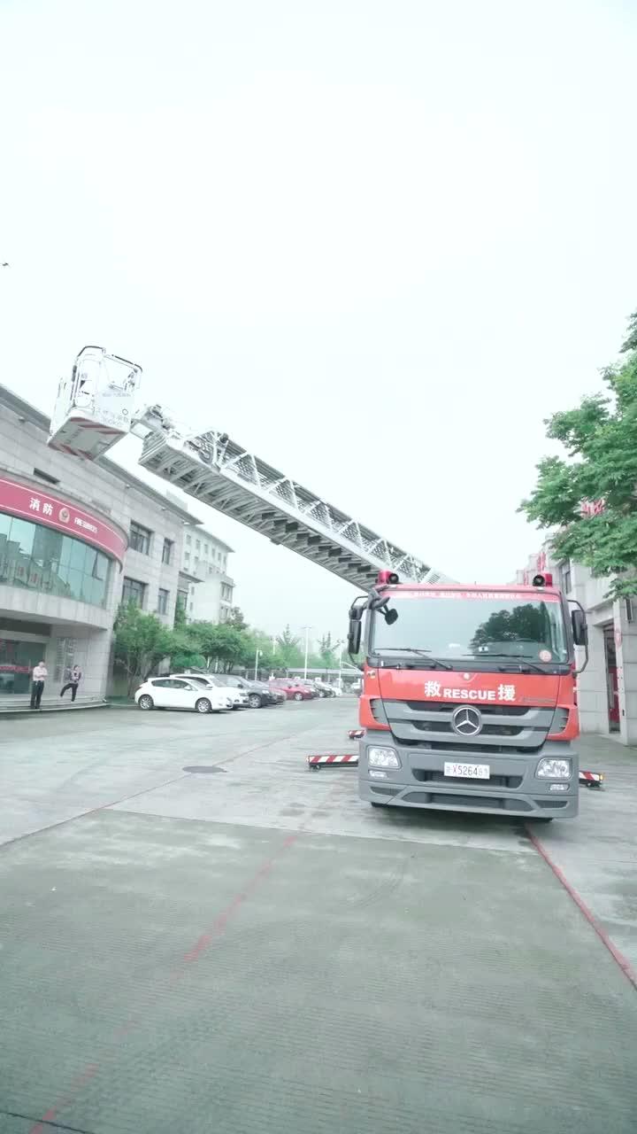 老常上天体验消防车!才升到一半就受不了了!为消防员点赞,致敬