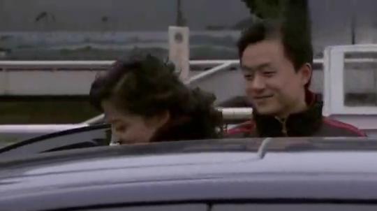 新结婚时代:小伙开车来接女友,刚坐上车就偷亲了女友一口!
