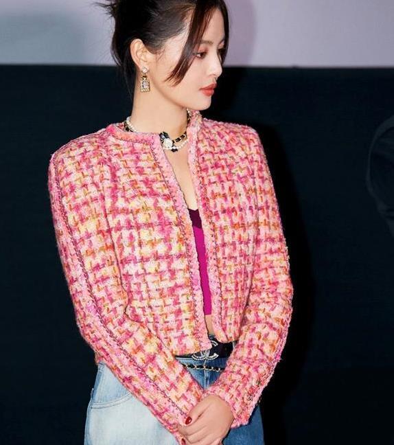 辛芷蕾帅气出席活动,斜纹外套搭配双色牛仔裤,尽显酷飒时尚