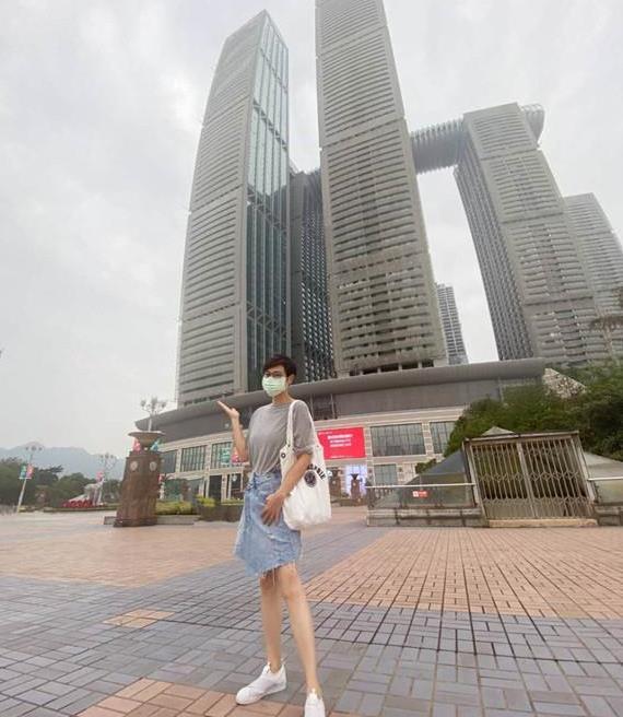 陈法蓉重庆游,T恤配牛仔半裙休闲大方,54岁天然脸很真实