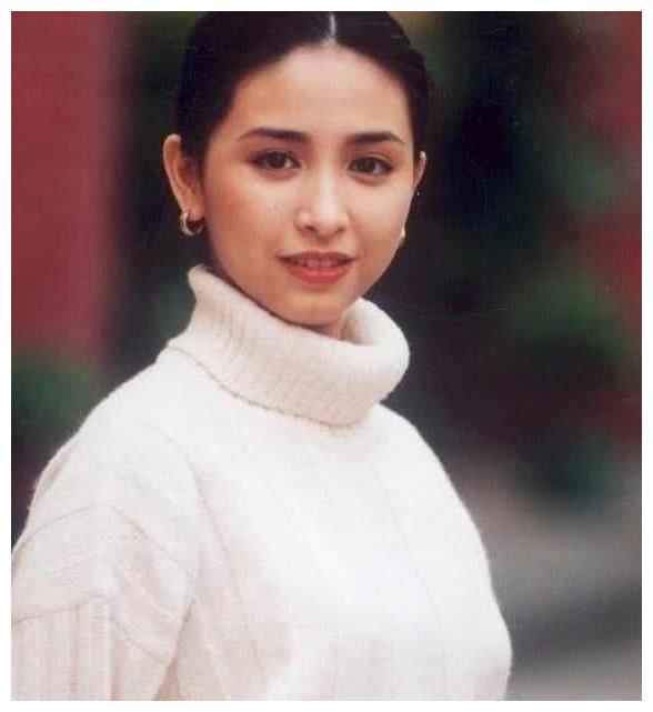她才是冻龄港姐,51岁甩李嘉欣几条街,被百亿丈夫宠爱至今!