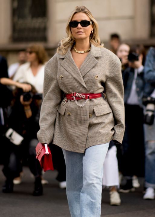 街拍小姐姐,图一小姐姐宽松外套搭红腰带,好看又时尚,真潮流!