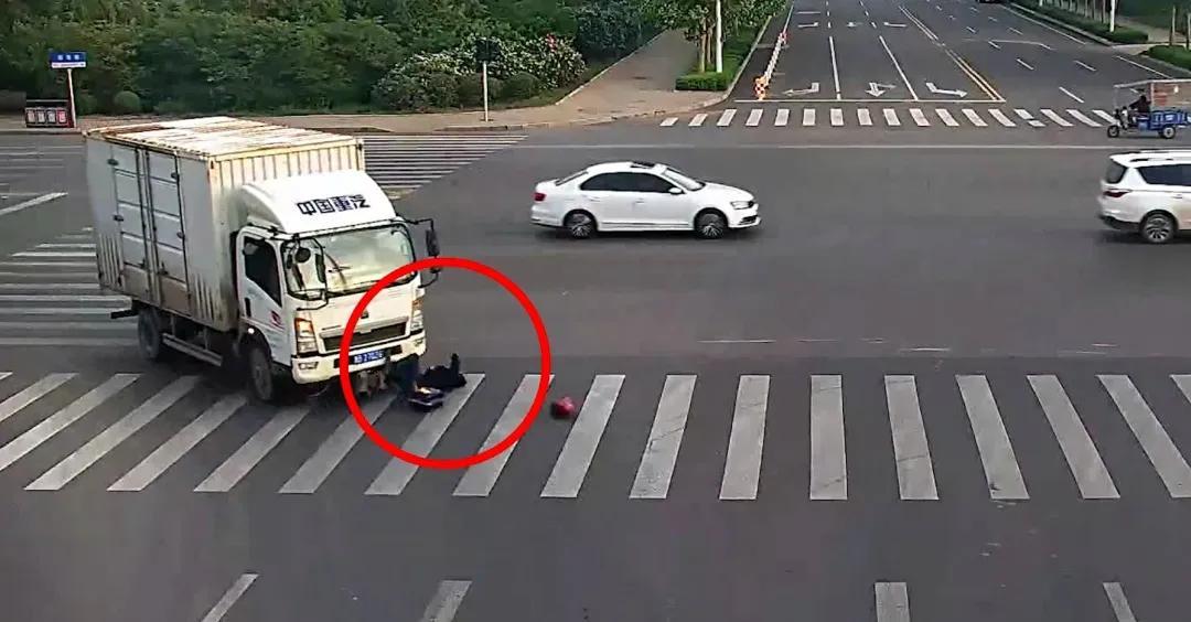 胶州一男子被卷入车底,路人合力抬车救援
