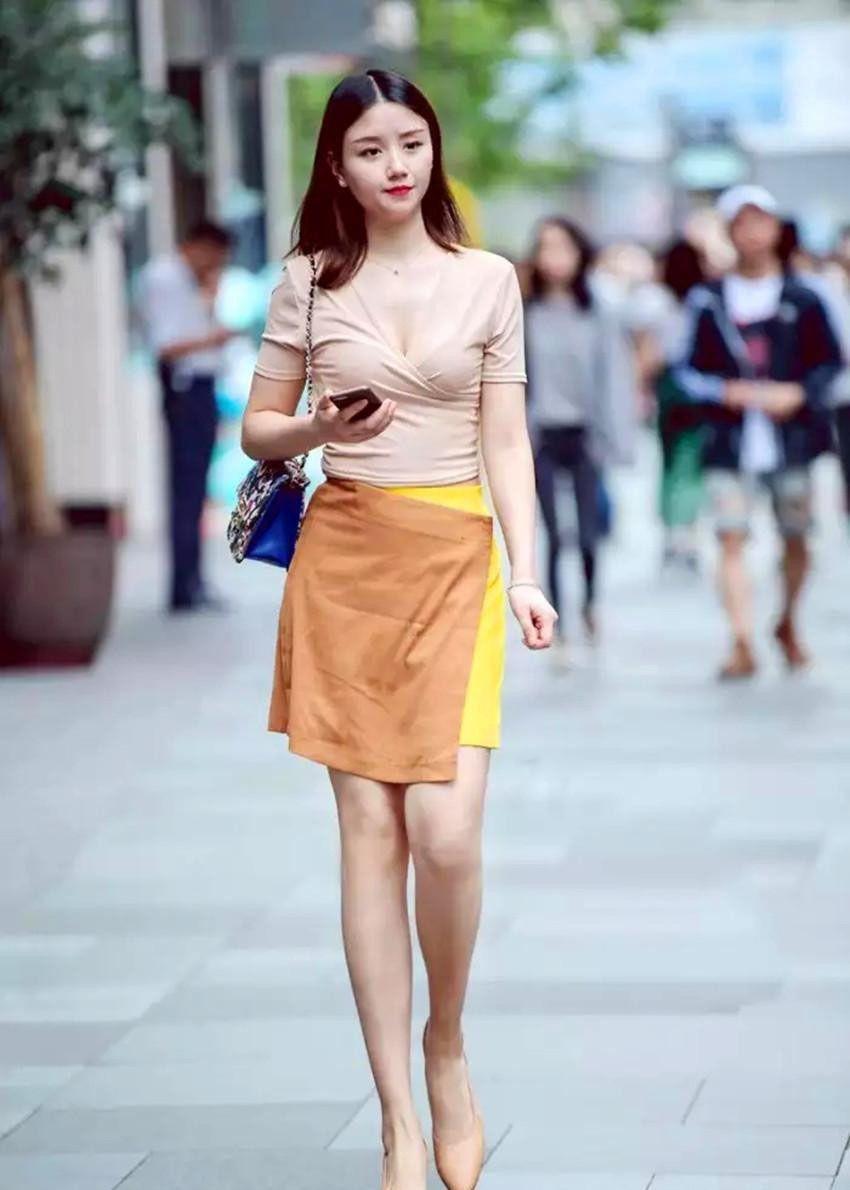 街拍美女:春夏季少不了短裤小裙子,美女身材好,穿啥都有韵味!